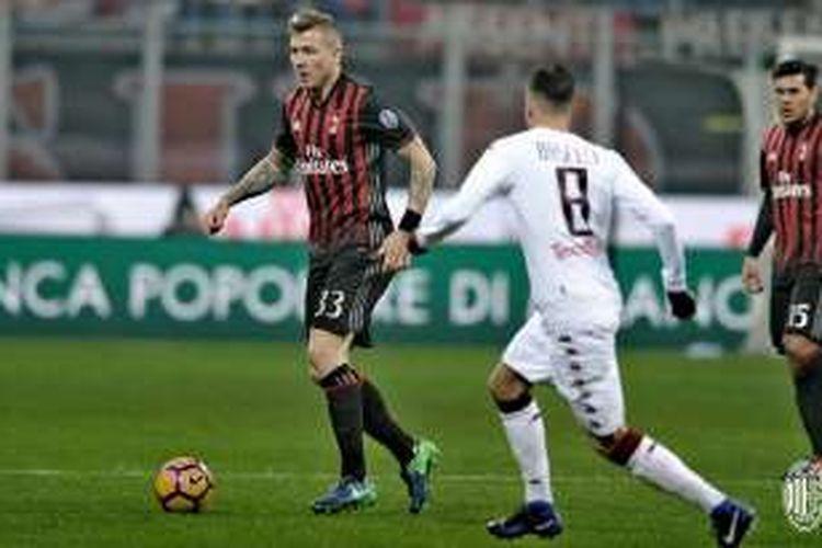 Gelandang AC Milan, Juraj Kucka, tampil dalam laga babak 16 besar Coppa Italia di Stadion San Siro, Kamis (12/1/2017) waktu setempat.