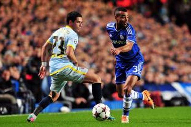 Bek Chelsea, Ashley Cole saat berusaha melewati gelandang Steaua, Nicolae Stanciu, pada  matchday keenam Grup E Liga Champions di Stadion Stamford Bridge, Rabu atau Kamis (12/12/2013) dini hari WIB.