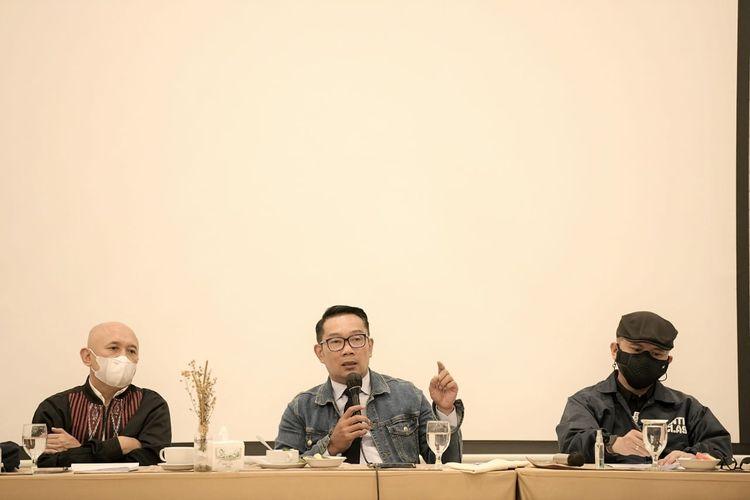 Ridwan Kamil atau akrab disapa Kang Emil saat bertemu Menteri Koperasi dan Usaha Kecil dan Menengah (Menkop dan UKM) Republik Indonesia (RI) Teten Masduki di Kota Bandung, Jumat (2/4/2021).