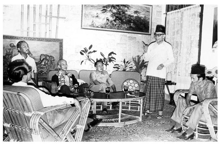 Bung Hatta (berdiri) ketika menjelaskan lagi pendapatnya tentang saat-saat menjelang Proklamasi Kemerdekaan di rumah bekas penculiknya, Singgih (baju batik hitam). Tampak dari kiri kekanan: GPH Djatikusumo, D. Matullesy SH, Singgih, Mayjen (Purn) Sungkono, Bung Hatta, dan bekas tamtama PETA Hamdhani, yang membantu Singgih dalam penculikan Soekarno Hatta ke Rengasdengklok.