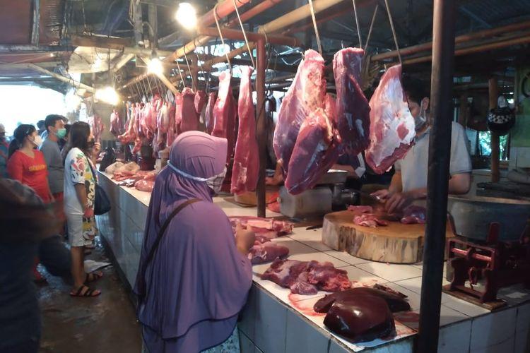 Suasanan di los daging sapi di Pasar Kranji Baru, Kota Bekasi, Sabtu (23/1/20210). Para pedagang daging sapi telah berjualan kembali setelah mogok selama tiga hari sebagai protes atas harga daging dari pemasok yang naik.
