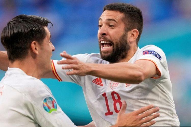 Bek Spanyol, Jordi Alba (kanan), merayakan golnya bersama Alvaro Morata setelah dia mencetak gol dalam pertandingan perempat final Euro 2020 antara Swiss vs Spanyol di Saint Petersburg, Jumat (2/7/2021).