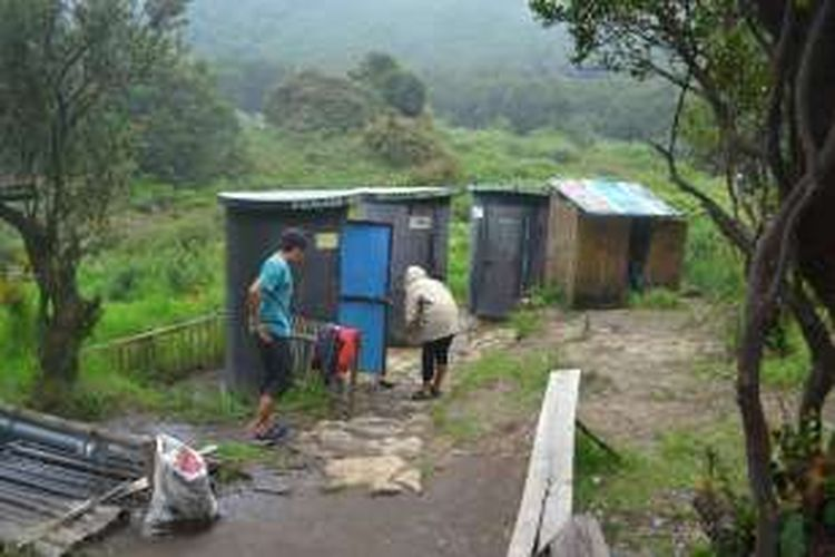 Dua orang pendaki memanfaatkan toilet di Pos Pondok Salada, Gunung Papandayan, Garut, Jawa Barat, Sabtu (20/2/2016). Toilet di Pondok Salada mulai bisa digunakan oleh pendaki sejak tahun 2014.