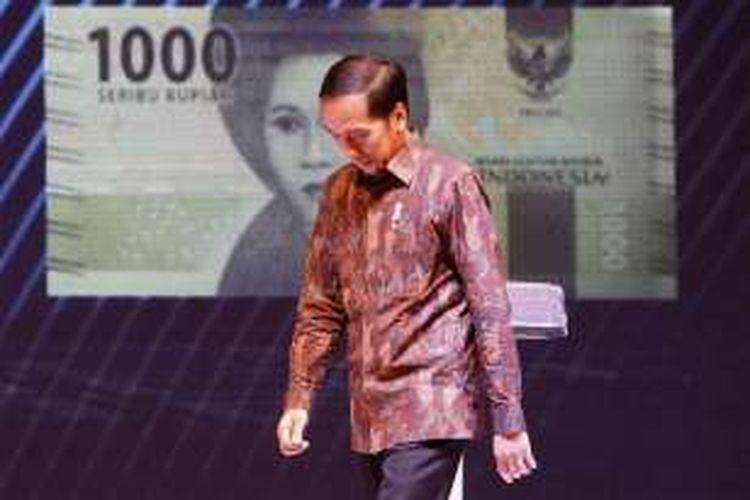 Presiden Joko Widodo usai memberikan kata sambutan di Gedung Bank Indonesia, Senin (19/12/2016). Bank Indonesia meluncurkan uang NKRI baru dengan menampilkan 12 pahlawan nasional, Adapun uang desain baru yang diluncurkan hari ini mencakup tujuh pecahan uang rupiah kertas dan empat pecahan uang rupiah logam.