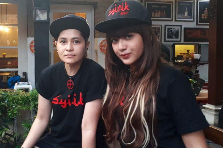 Mitha The Virgin (kiri) dan rekan duetnya untuk lagu tema film horor Syirik, Nadhira Hills.