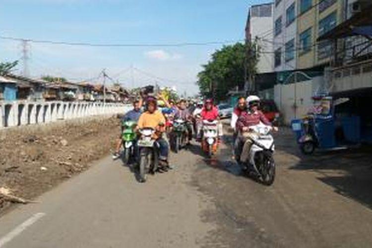 Wakil Gubernur DKI Jakarta Djarot Saiful Hidayat (kanan depan) saat menyusuri aliran Sungai Ciliwung dengan mengenakan sepeda motor, di Duri Pulo, Gambir, Jakarta Pusat, Minggu (21/12/2014)
