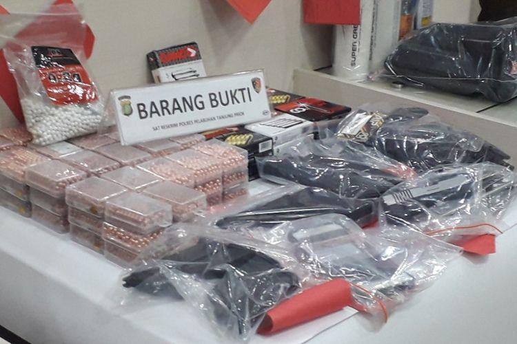 Barang bukti kasus penjualan senjata ilegal dipamerkan dalam konferensi pers di Mapolres Pelabuhan Tanjung Priok, Senin (21/1/2019).