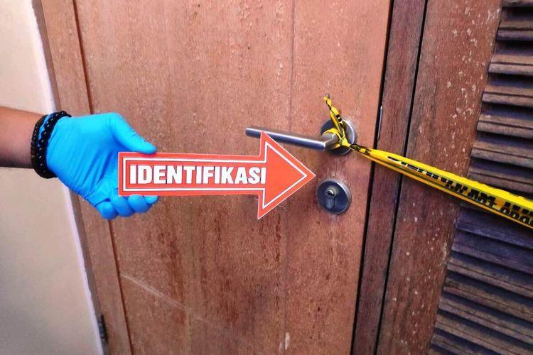 Tim inafis Polres Cianjur, Jawa Barat, saat melakukan olah TKP temuan tamu hotel tewas di dalam kamar hotel di kawasan Puncak, Cianjur