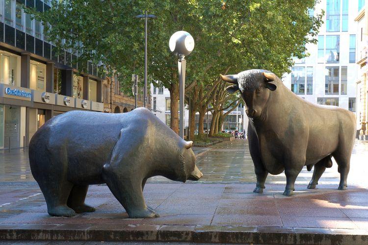 Patung banteng (kanan) dan beruang di area Frankfurt Stock Exchange di Frankfurt, Jerman, sebagai simbol tren perdagangan bullish dan bearish.