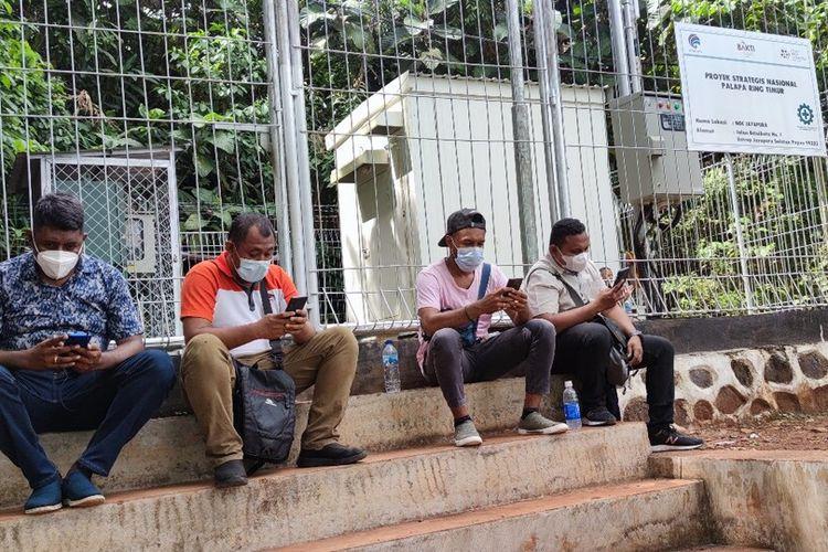 Beberapa awak media di Jayapura harus mencari lokasi jaringan internet untuk bekerja karena saat ini koneksi internet di Jayapura terganggu karena kabel optik bawah laut milik Telkom Grup putus di perairan Sarmi-Biak sejak 30 April 2021, Jayapura, Papua, Senin (24/5/2021)