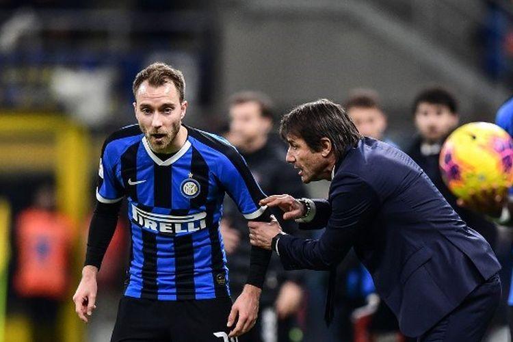 Pelatih Inter Milan, Antonio Conte, memberikan instruksi kepada gelandang Christian Eriksen pada laga Coppa Italia kontra Fiorentina di Stadion Giuseppe Meazze, Milan, Kamis (30/1/2020) dini hari WIB.