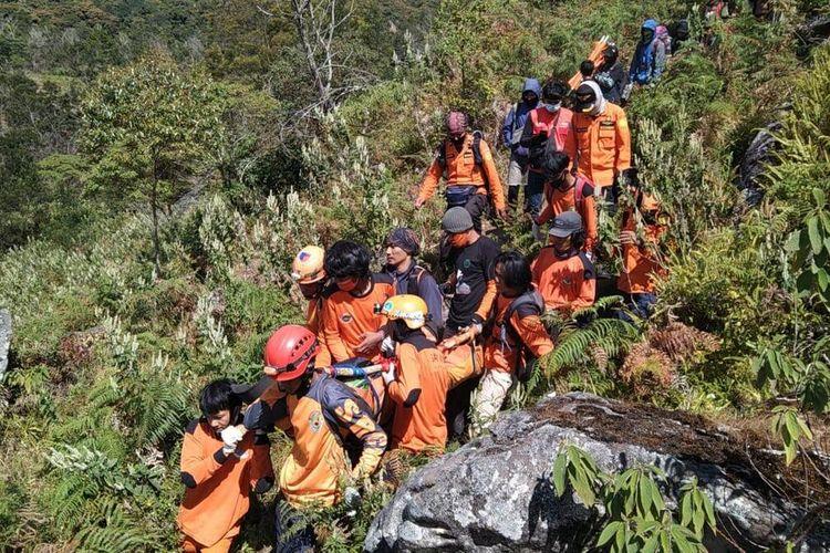 Tim SAR tengah megevakuasi jenazah seorang pendaki di gunung Bawakaraeng, Kabupaten Gowa, Sulawesi Selatan. Senin, (17/8/2020).