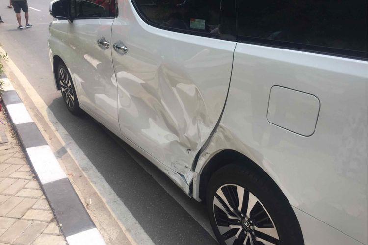Mobil sedan Toyota Camry hitam bernopol B-1311-PAB menabrak seorang anak kecil yang tengah berjalan di trotoar di depan seberang loket penjualan tiket bulu tangkis, Jalan Pintu I Gelora Bung Karno, Jakarta Pusat, Rabu (22/8/2018) siang. Mobil sedan berstiker  Asian Games 2018 dengan tulisan TC itu meluncur dari arah parkiran gedung Pusat Pengelolaan Kompek Gelora Bung Karno Hotel Atlet Century Park yang berada di seberang loket tiket.