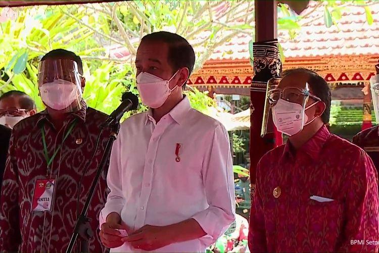 Foto tangkapan layar Presiden Joko Widodo meninjau vaksinasi Covid-19 massal di Kabupaten Gianyar, Bali, Selasa (16/3/2021).