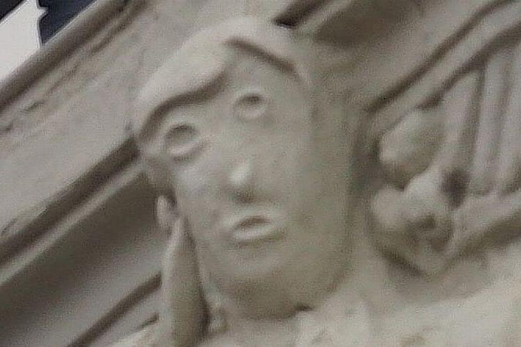Patung wanita yang dipugar kembali tampak seperti wajah Presiden AS Donald Trump.