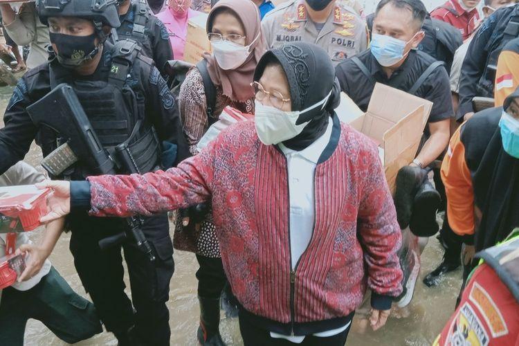Menteri Sosial (Mensos), Tri Rismaharini mengunjungi korban banjir di Kabupaten Bima, NTB, Senin (5/4/2021). Dalam kunjungan itu, Risma juga menyalurkan bantuan logistik untuk warga terdampak