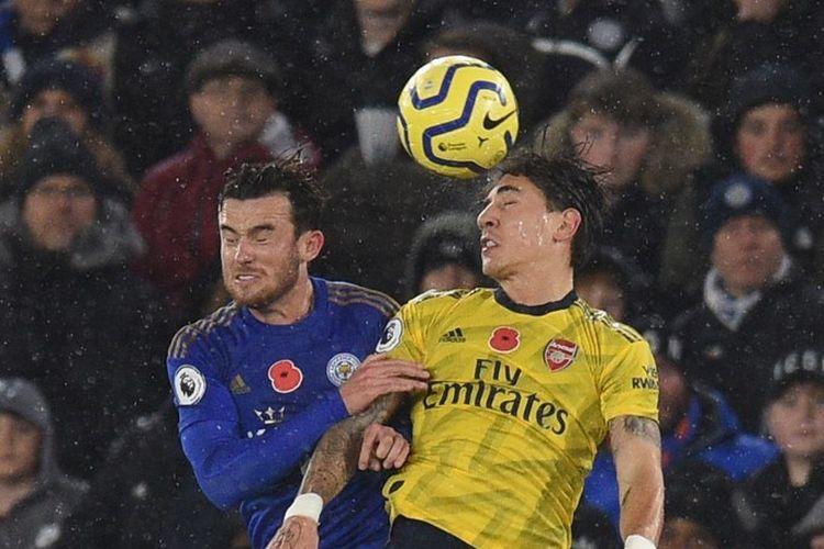 Ben Chilwell dan Hector Bellerin berduel memperebutkan bola pada pertandingan Leicester City vs Arsenal dalam lanjutan Liga Inggris di Stadion King Power, 9 November 2019.