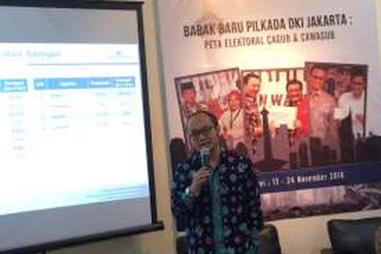 Direktur Eksekutif Charta Politika Yunarto Wijaya saat rilis hasil survei cagub dan cawagub jelang Pilkada DKI Jakarta 2017 di kantor Charta Politika, Jakarta Selatan, Selasa (29/11/2016).