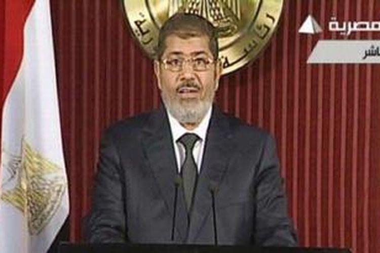 Presiden Mesir, Mohammed Morsi saat menyampaikan pidato di televisi pemerintah.