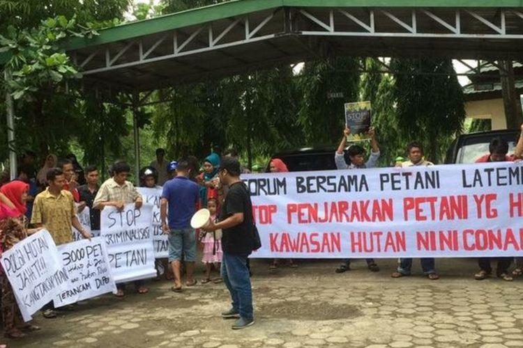 Warga Soppeng berunjuk rasa tahun 2018, menuntut pembebasan Jamadi, Sukardi, dan Sahidin.