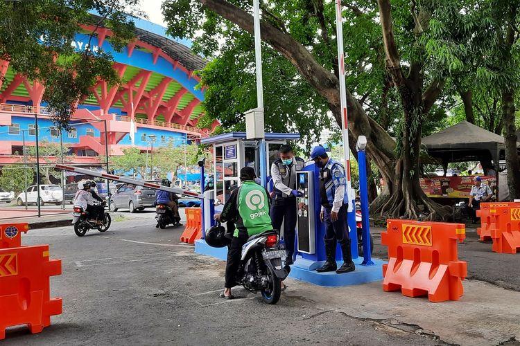 Penerapan e-parking di komplek Stadion Gajayana, Kota Malang, Senin (4/1/2021)