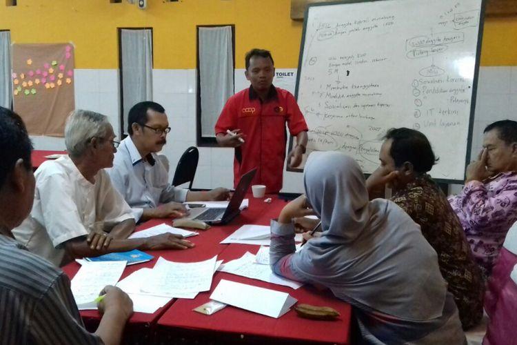 Sesi diskusi kelompok pada Lokakarya Koperasi Perubahan dengan peserta KUD se-Jawa Tengah.