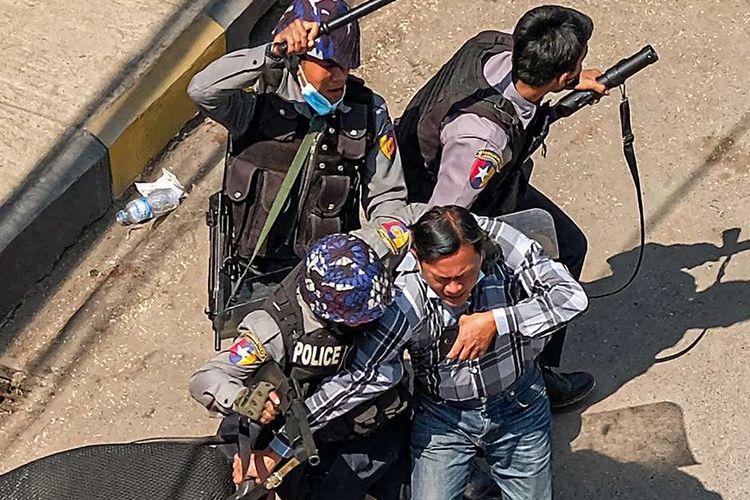 Polisi menangkap seorang pria di Taunggyi, sebuah kota di Negara Bagian Shan, Myanmar, ketika pasukan keamanan terus menindak demonstran yang menentang kudeta militer, Minggu (28/2/2021). Sedikitnya 18 orang tewas dan 30 lainnya terluka dalam aksi demonstrasi di Myanmar pada 28 Februari, serta disebut sebagai hari paling berdarah dalam serentetan aksi protes menentang kudeta militer.