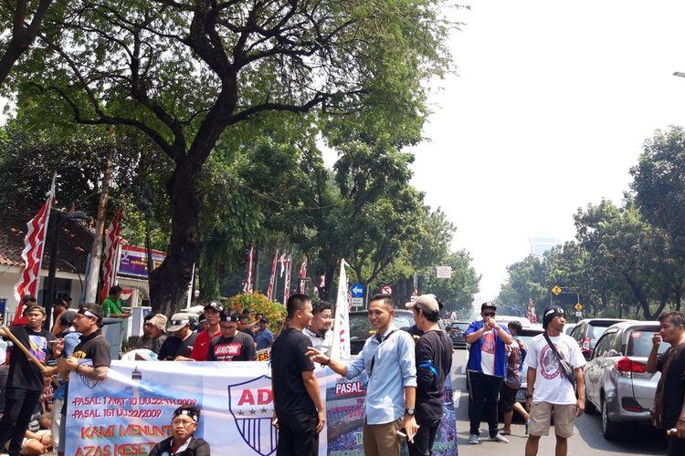 Demo pengemudi taksi online di depan Balai Kota, Jalan Medan Merdeka Selatan, Jakarta Pusat, menuntut pengecualian dalam ganjil genap, Senin (19/8/2019)