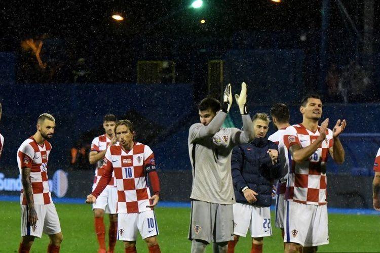 Para pemain Kroasia bertepuk tangan setelah memenangkan pertandingan sepak bola grup Liga Bangsa-Bangsa UEFA Grup A Grup 3 antara Kroasia dan Swedia di Stadion Maksimir di Zagreb pada Oktober.