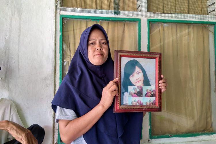Juju Juhairiyah, kakak Ruri Alfath Mujaida saat menunjukan foto adiknya.