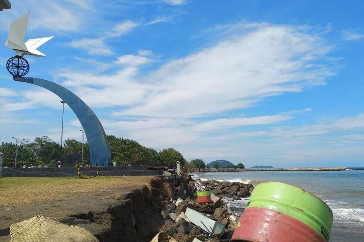 Monumen Perdamaian di Muaro Lasak, Pantai Padang, Sumatera Barat rusak karena abrasi, Senin (5/8/2019)