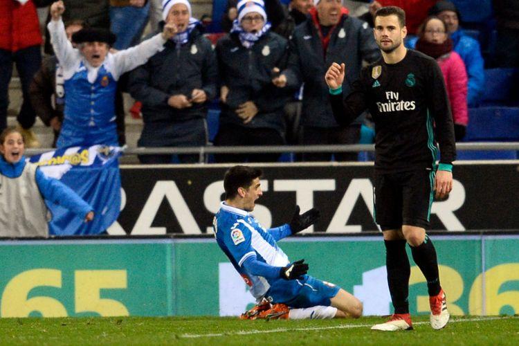 Ekspresi berbeda ditunjukkan Nacho Fernandez dan Gerard Moreno setelah Real Madrid kebobolan oleh Espanyol di Stadion RCDE, Selasa (27/2/2018)/