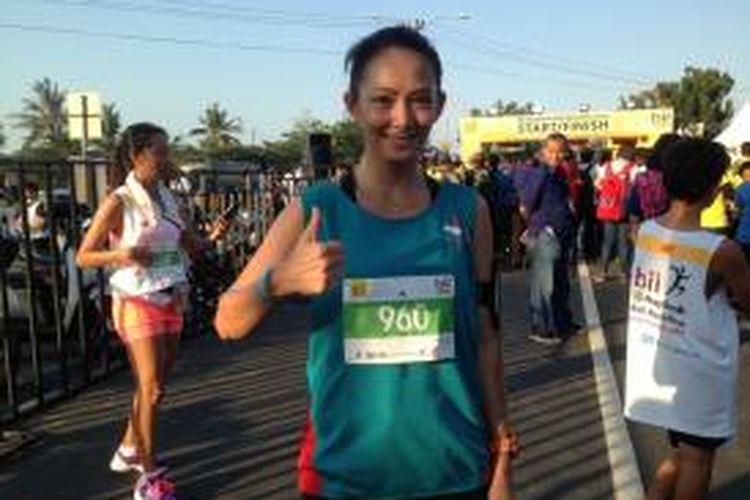 Presenter Indonesia, Susan Bachtiar, berpose setelah menyelesaikan balapan 10 kilometer pada BII Maybank Bali Marathon di Gianyar, Bali, Minggu (14/9/2014).