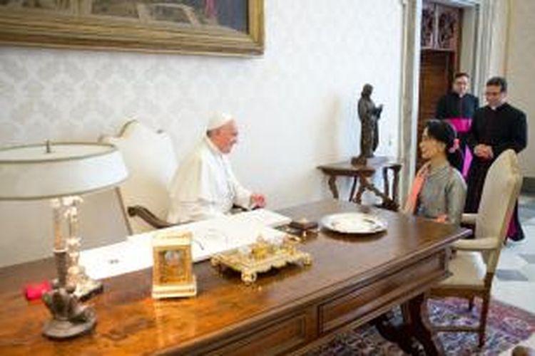 Paus Fransiskus bertemu dengan pemimpin oposisi Myanmar Aung San Suu Kyi di Vatikan, Senin (28/10/2013).