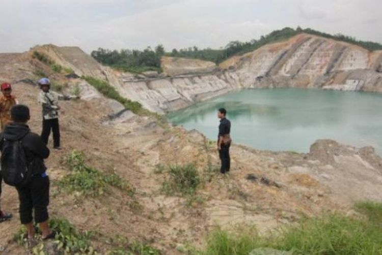 Warga memperlihatkan lokasi lubang tambang batu bara di kawasan Jalan Usaha Tani, Makroman, Kecamatan Sambutan, Samarinda, Kalimantan Timur.