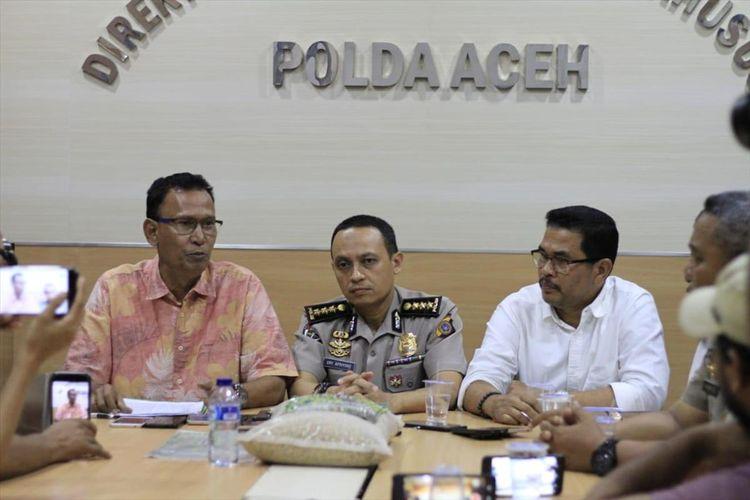 dari kiri Dir Reskrimsus Polda Aceh Kombespol Teuku Saladin, Kombes Ary Apriyono, Kabid Humas Polda Aceh dan A Hanan, Kepala Dinas Pertanian dan Perkebunan Aceh menggelar konfrensi pers terkait penangguhan penahanan Tgk Munirwan di Aula Dit Reskrimsus Polda Aceh, Jum'at (26/07/2019)