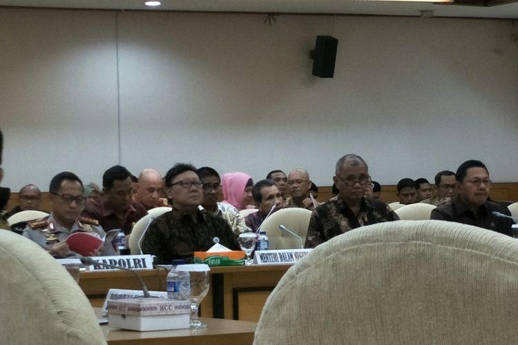 Rapat konsultasi pilkada DPR bersama Mendagri, Kapolri, KPK, Kejaksaan Agung, KPU, dan Bawaslu di Kompleks Parlemen, Senayan, Jakarta, Kamis (11/1/2018)