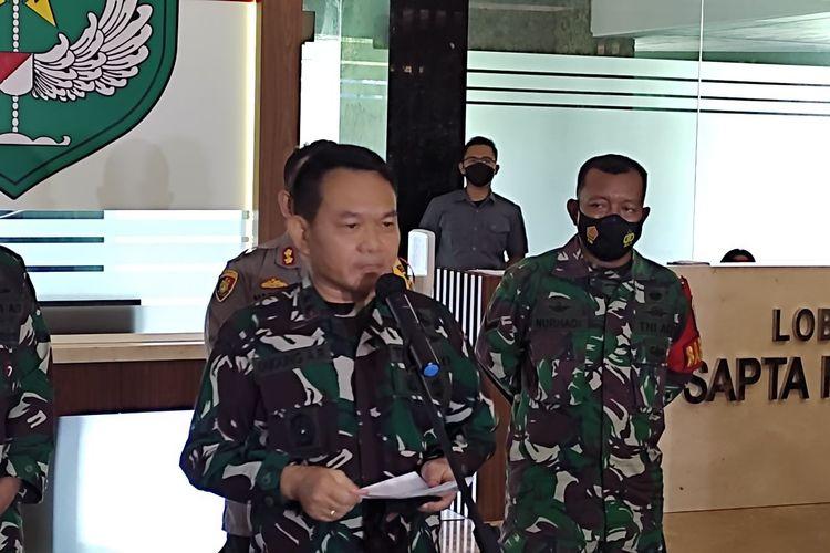 Pangdam Jaya Mayjen TNI AD Dudung Abdurrachman saat konferensi pers aksi premanisme dept colector ke anggota TNI di Kodam Jaya, Senin (10/5/2021)
