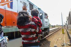 Senang Lihat Kereta, Anak Ini Diajak KAI Keliling Stasiun dan Naik KA