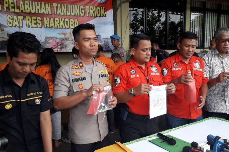 Polisi menunjukkan barang bukti yang didapat dari penangkapan Aris Idol dalam konferensi pers di Mapolres Pelabuhan Tanjung Priok, Rabu (16/1/2019).