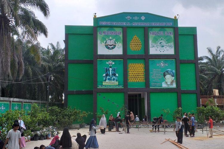 Sejumlah santri dan santriwati Pondok Pesantren Al Mujtahadah Pekanbaru, Riau, melakukan kegiatan pasca viral di media sosial wali murid mengamuk karena tidak terima anaknya dikeluarkan, Rabu (4/3/2020).
