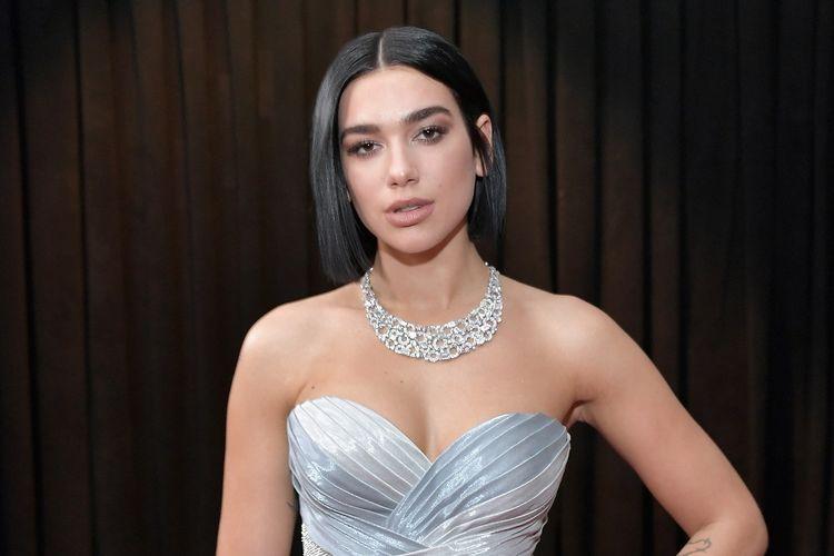 Penyanyi Dua Lipa menghadiri Grammy Awards yang digelar Staples Center, Los Angeles, California, Minggu (10/2/2019).