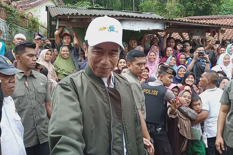 Presiden Joko Widodo (Jokowi) meninjau lokasi bencana banjir dan longsor di Kampung Banar, Desa Harkatjaya, Kecamatan Sukajaya, Senin (3/2/2020).