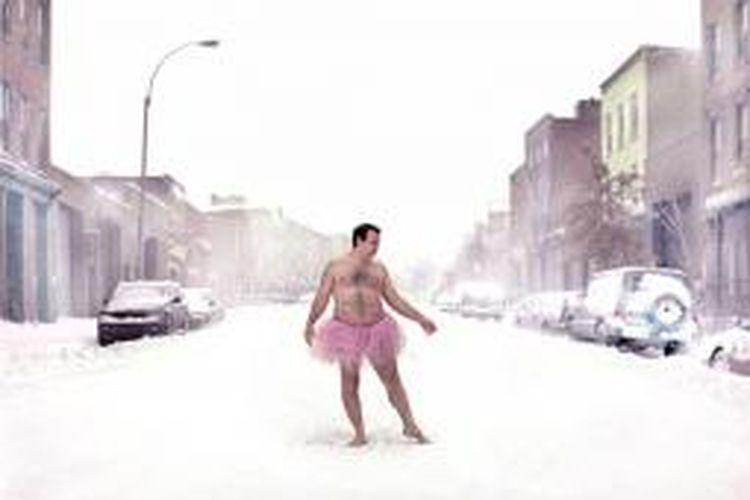 Bob Carey berpose di tengah salju dengan rok tutu-nya.