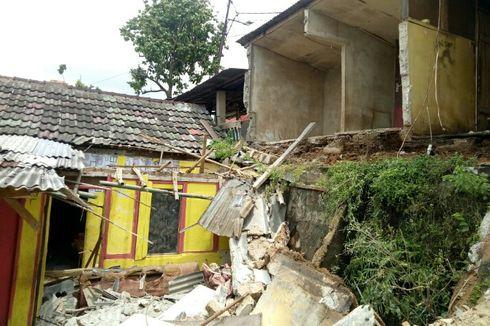 Dinding Ambruk di Tangsel Timpa Rumah, Hancurkan Perabot Elektronik