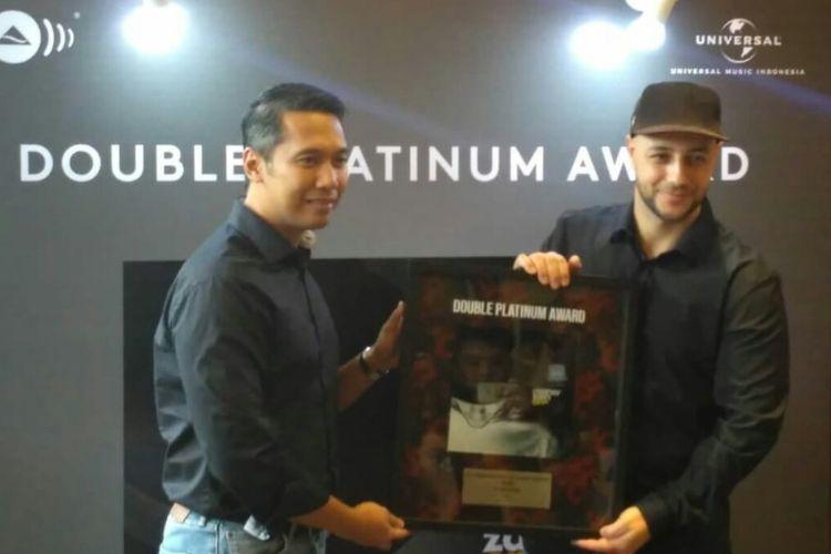 Penyanyi Maher Zain menerima sertifikasi double platinum dari Wisnu Surjono perwakilan Universal Music Indonesia di kawasan MH Thamrin, Jakarta Pusat, Selasa (19/3/2019).