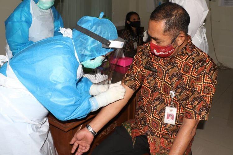 Wali Kota Solo FX Hadi Rudyatmo menjalani rapid test di Solo, Jawa Tengah, Rabu (27/5/2020).