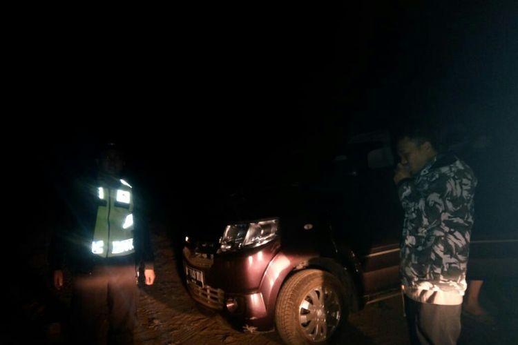 Petugas tengah membantu kendaraan wisatawan asal Tabggerang yang tersesat di perkebunan teh.
