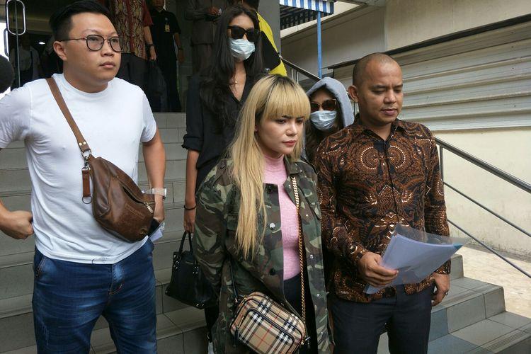 Dinar Candy didampingi kuasa hukum dan manajernya di Polda Metro Jaya, Semanggi, Jakarta Selatan, Kamis (19/9/2019).(KOMPAS.com/ANDIKA ADITIA)