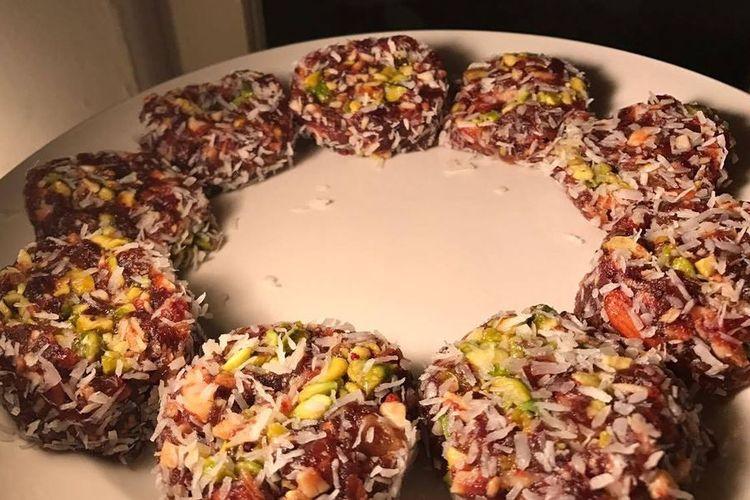 Khajoor ki mithai, kue berbahan kurma dan kacang khas Pakistan dan India.